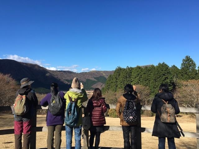 高原を歩きながら自然を撮影