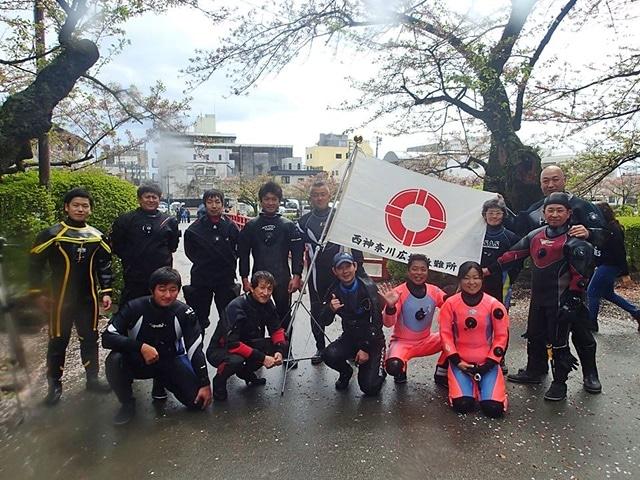 小田原城のお堀を清掃するNDOSAメンバー