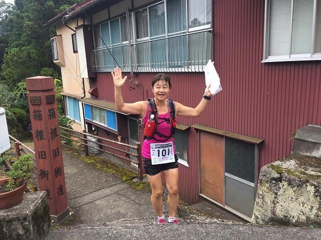 チームで駅伝の部に参加しているランナー。勾配の急な旧東海道を走る