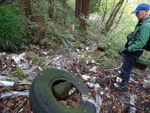 箱根新道から投下されるゴミ