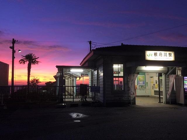 日の出を迎える根府川駅(10月6日、撮影=星一徳さん)