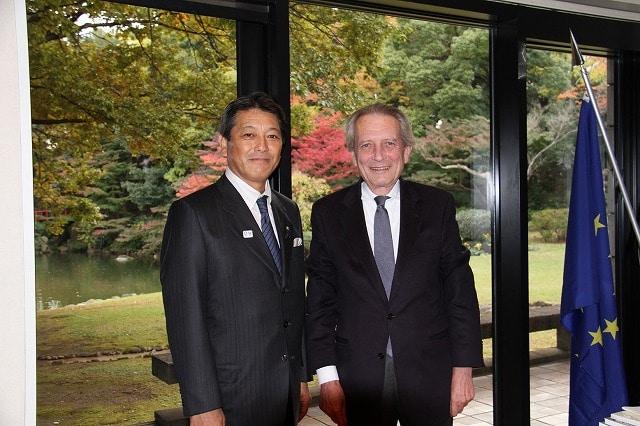 ドメニコ・ジョルジ駐日イタリア大使(右)と冨田幸宏町長(左)