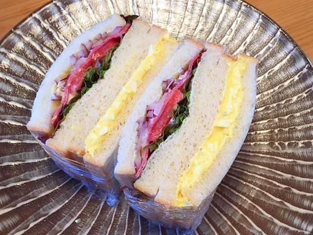 ガラスの食器となじむ「フレンチ食堂ittoku(いっとく)」のサンド(写真は試食用の商品で異なる場合がある)