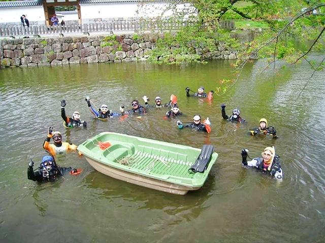 清掃ボランティア活動を行う「西神奈川ダイビング事業者安全協議会(NDOSA)」のメンバー