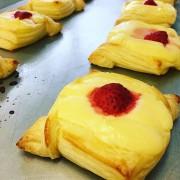 小田原でイチゴのチーズケーキ うれしくなる色合いが話題に