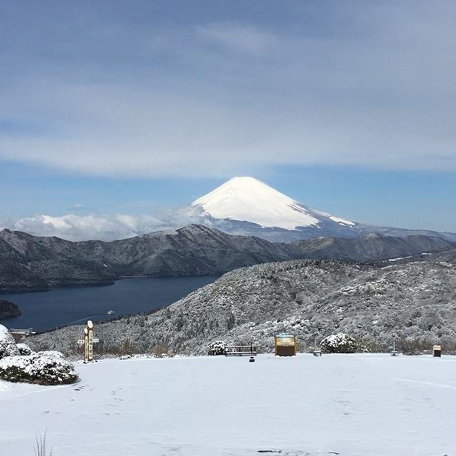 大観山ドライブインから見る雪景色の初春富士