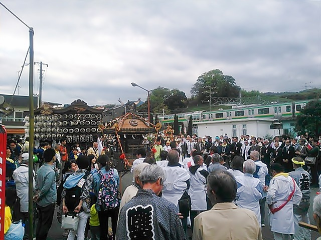 宮神輿、町神輿、山車(だし)5台が早川駅前に集合(撮影=斎藤友一さん)