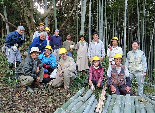 里山を飲み込む勢いの竹林を伐採する作業を行っている山盛の会と日本野鳥の会