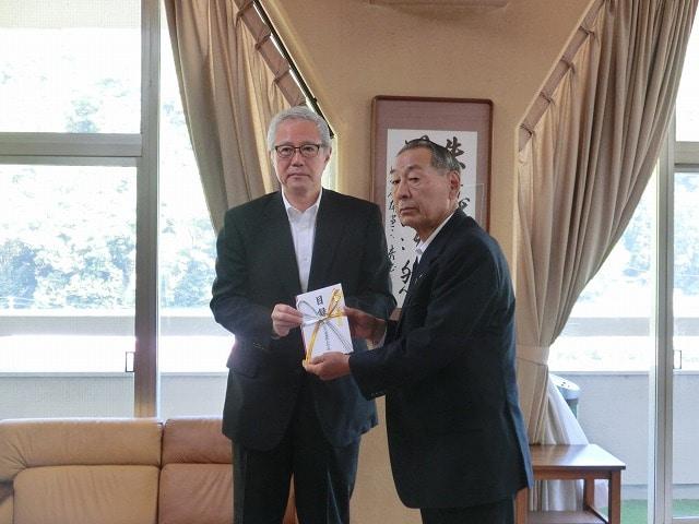 小田急電鉄の金子一郎常務(左)から箱根町の山口昇士町長(右)に渡された