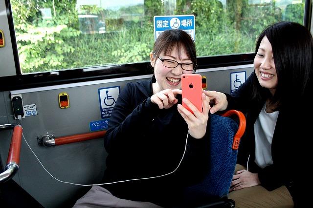 携帯電話・スマートフォン専用充電コンセントとUSBポートが装備された路線バス