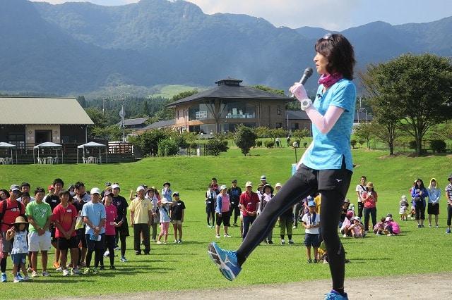 スペシャルゲストにマラソンランナーの谷川真理さんが参加した「がんばろう熊本!B&Gウォーキングフェスタin南阿蘇」の様子