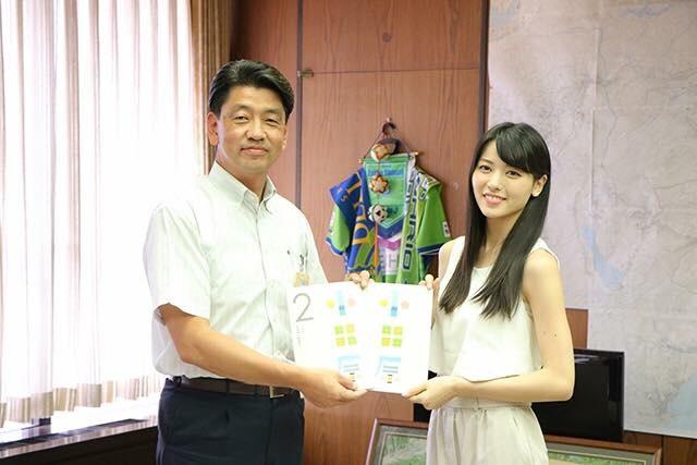 開催に先立ち加藤憲一小田原市長(左)を表敬訪問するアップフロントグループ所属の女優で歌手の矢島舞美さん(右)