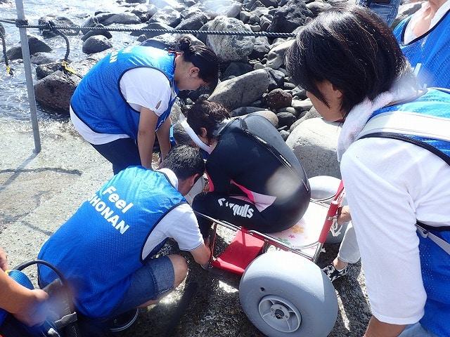 「江之浦漁港バリアフリーダイビングフェスティバル」で、安全を確認しながら海に入る(前回の様子)