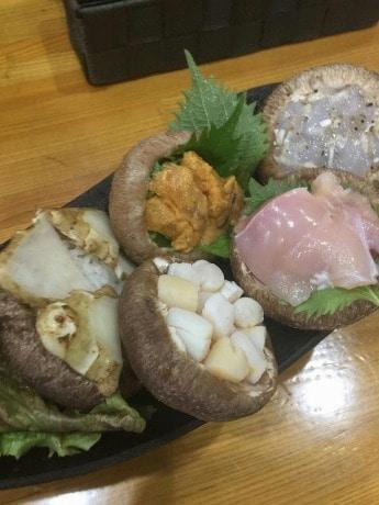 エビ、ウニ、カキ、キクイモなどをシイタケに詰めて揚げる