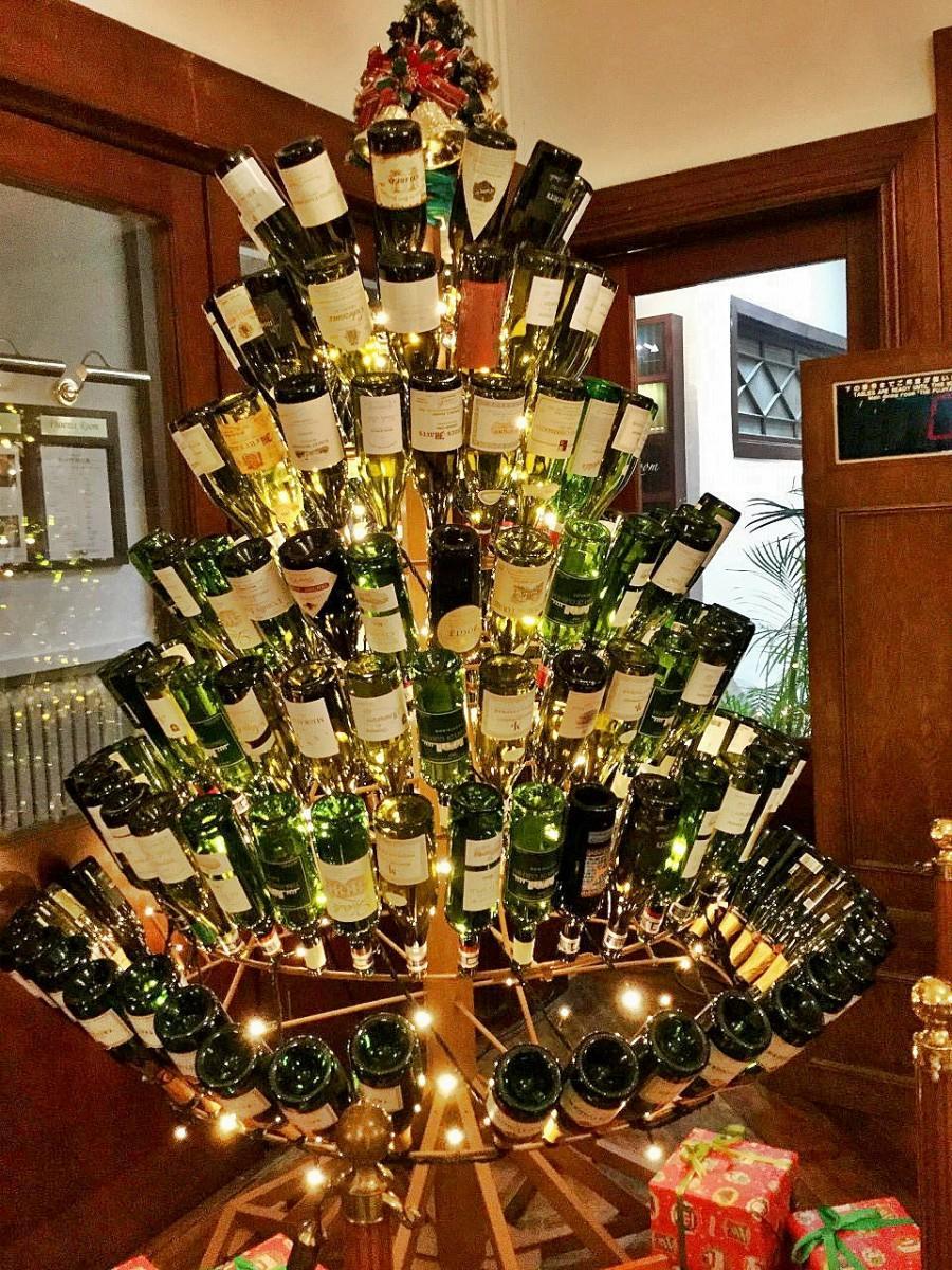 204本のワインボトルがで作られるクリスマスツリー