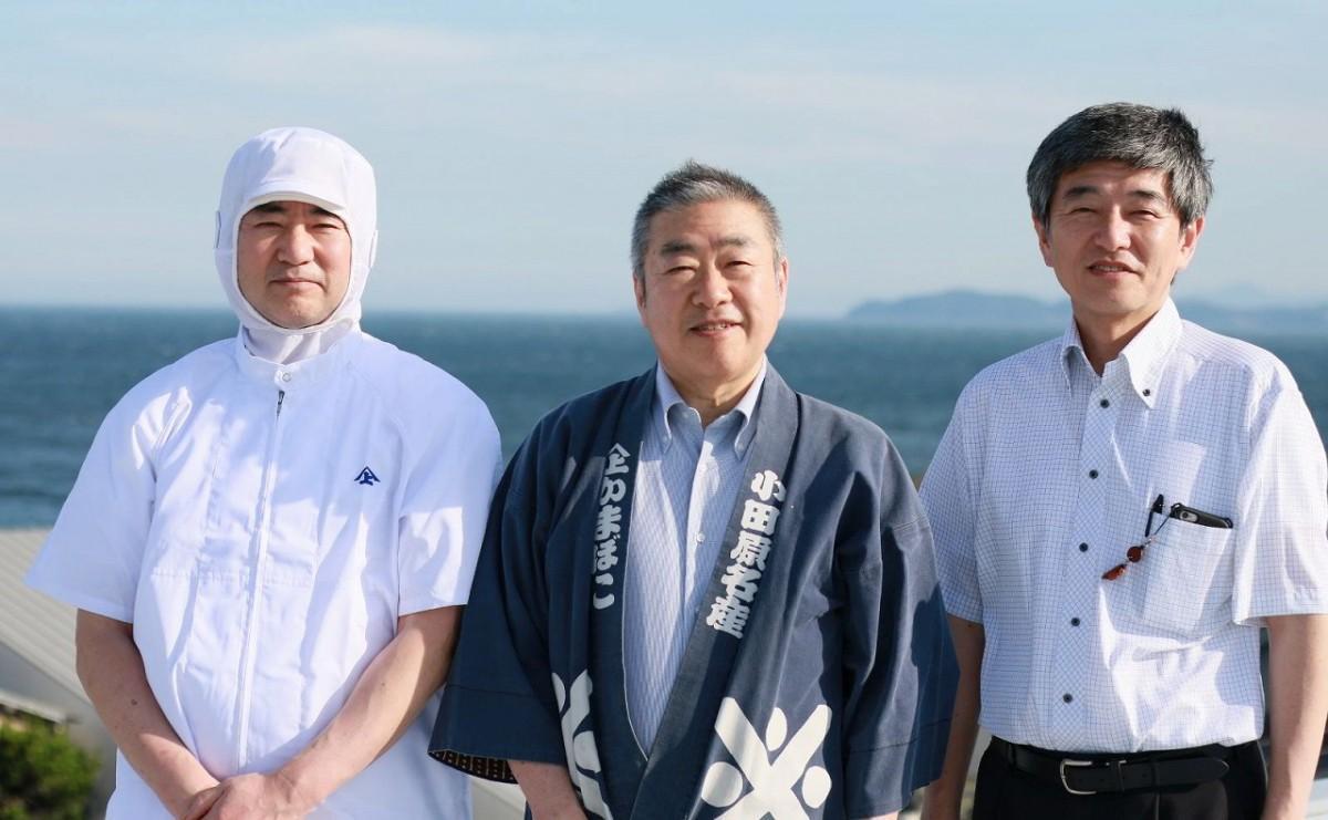 かまぼこ三兄弟。工場長で専務の次男・上村佳正さん(左)、十一代目の上村純正さん(中央)、営業部門担当で常務の三男・上村英夫さん(右)