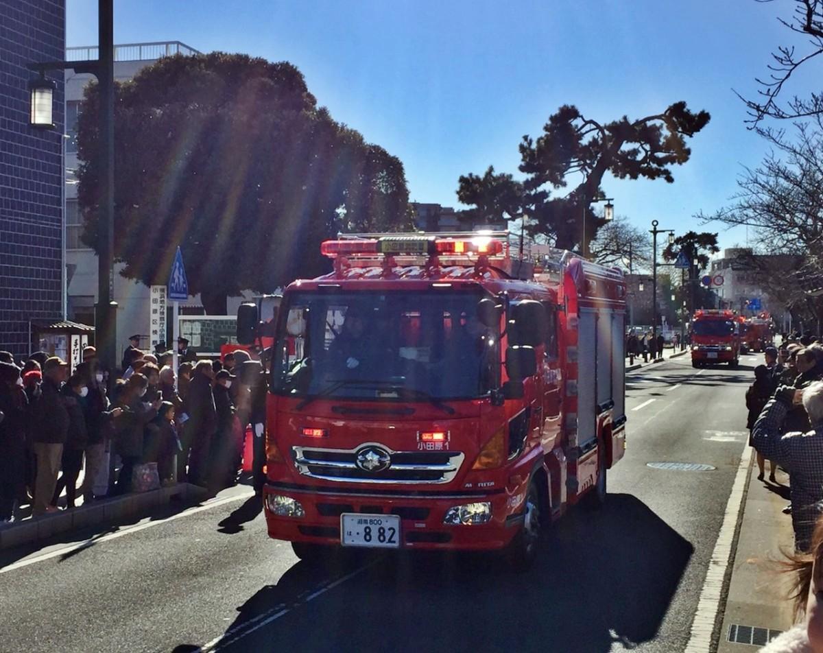 消防隊の車両分列行進の様子(撮影=松下善彦)