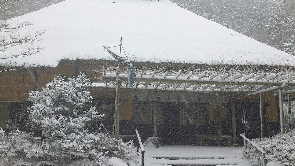 江戸初期に創業した旧東海道の「甘酒茶屋」の雪景色