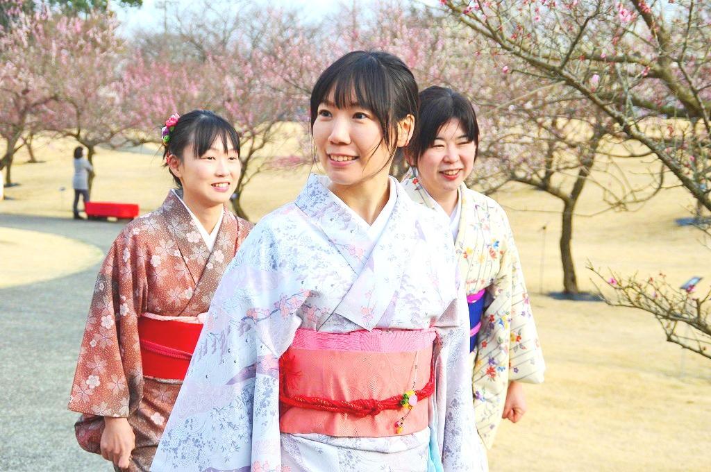 小田原フラワーガーデンで「集まれ!きもの女子!~満開の梅に囲まれて和をたしなむ~」