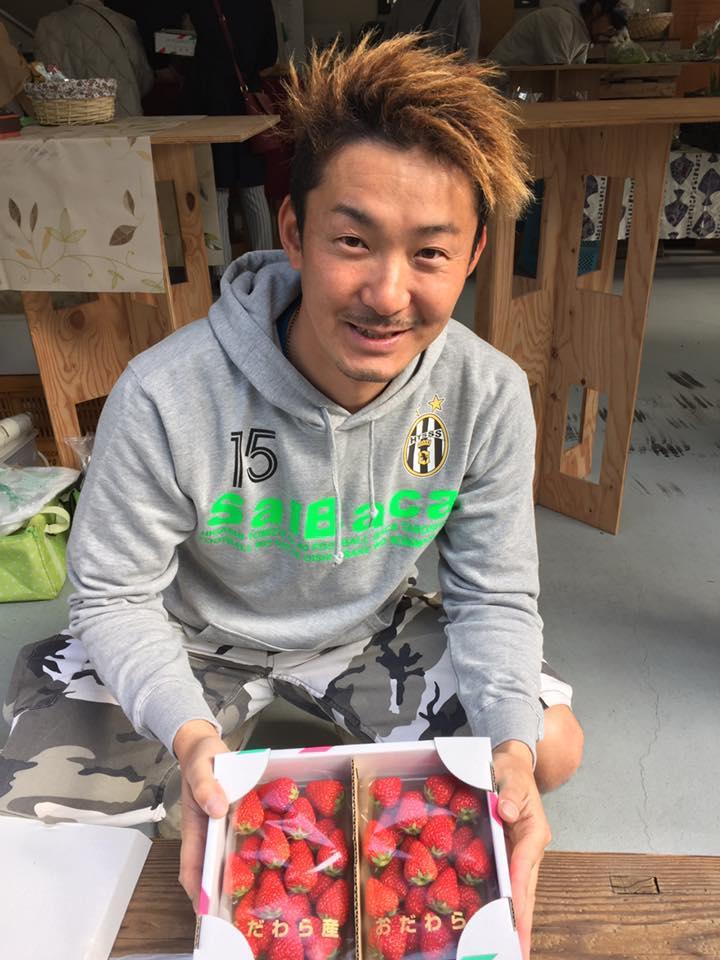 わずか10分で完売したイチゴを販売する神場農園の神場覚さん。今回もできるだけ多くのイチゴの提供ができるように準備を進めているという