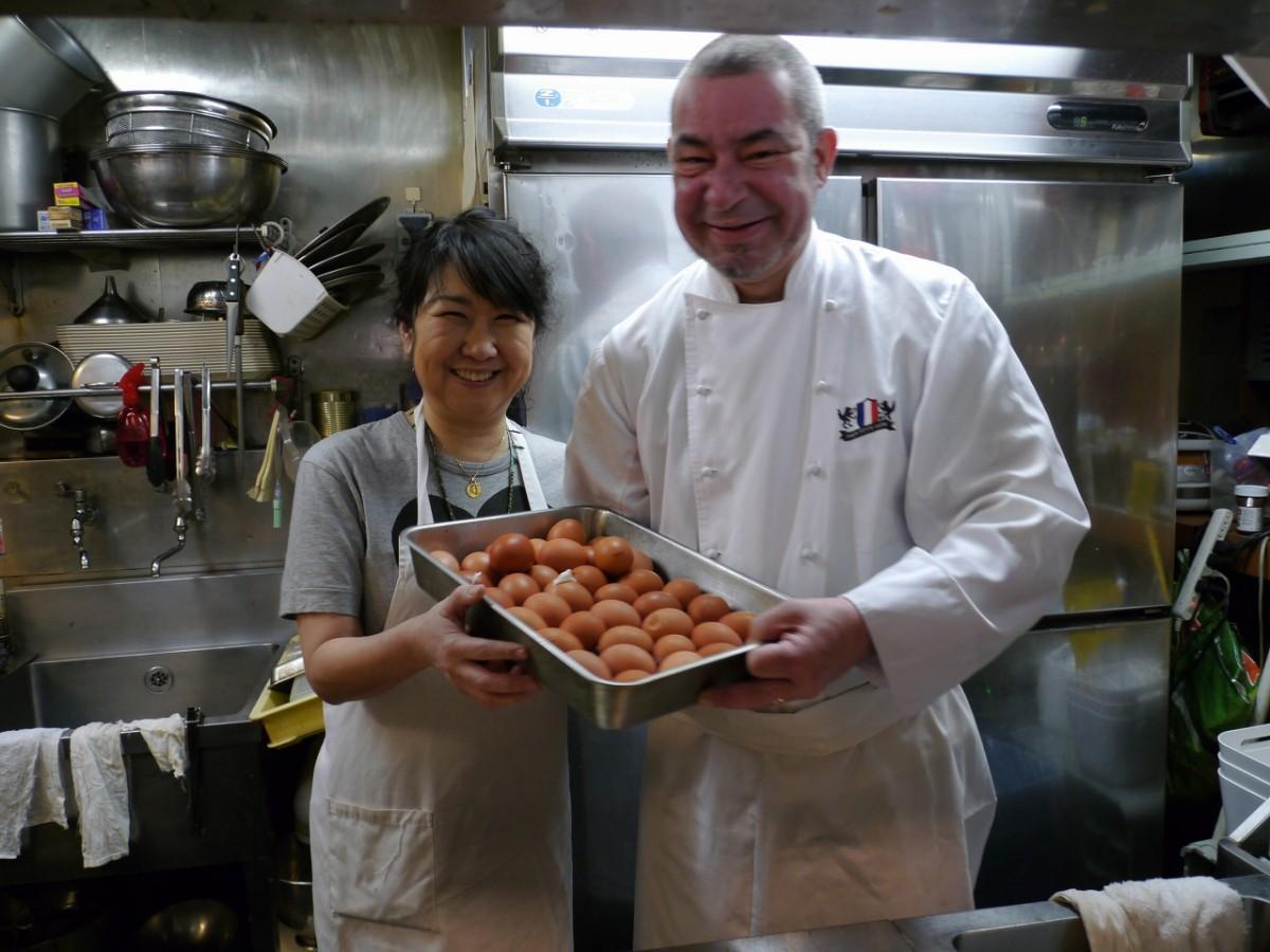 「eggビュッフェ」を主催する「Trois Petits Loups(トワプティルー)」のミッシェル・ピエール・オリビアさん(右)とピエール・愛さん(左)