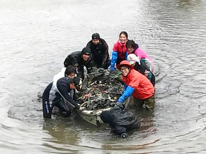 「池の水ぜんぶ抜く大作戦」の様子(写真提供=西神奈川ダイビング事業者安全協議会(NDOSA))