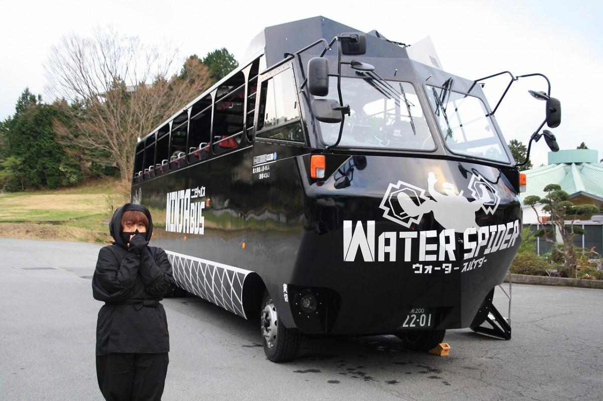 水陸両用バス「NINJABUS WATER SPIDER」と「くノ一」の衣装をまとった観光ガイド