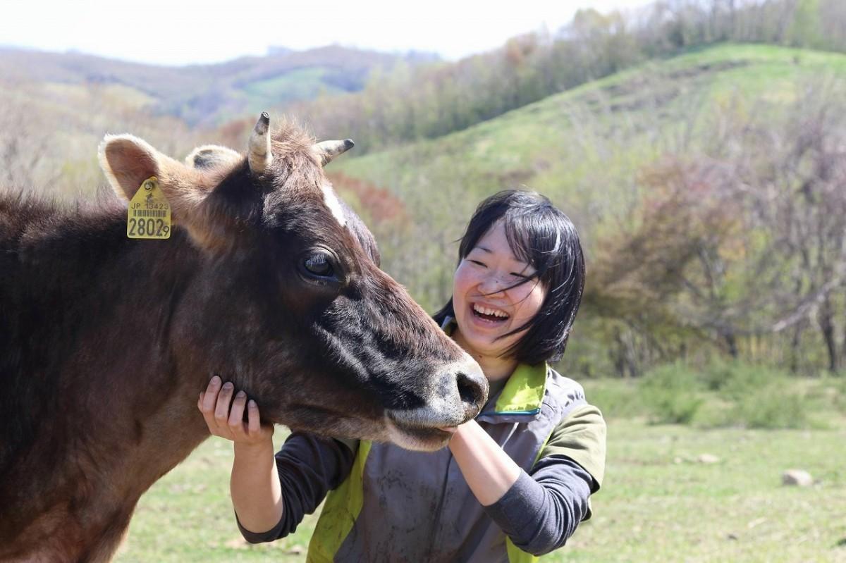 島崎薫さんと牛の「たらちゃん」