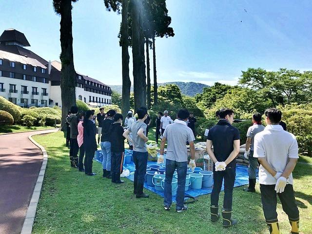 庭園の専任スタッフ、支配人、新入社員らが参加して「お礼肥」