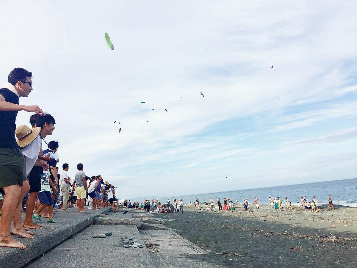 海に向かって「ギョサン飛ばしコンテスト」の男性部門ではかなりの高さまで飛び空を舞った