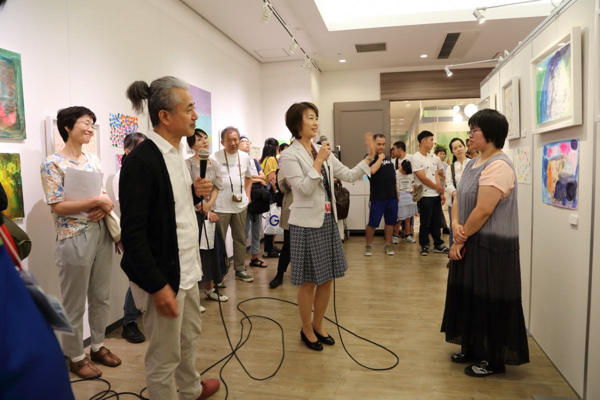 NPO法人「アール・ド・ヴィーヴル」が主催する展覧会「自分らしく生きる」で作品を紹介する様子(前回)