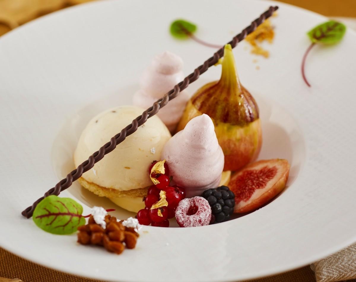小田急 箱根ハイランドホテル・ラウンジの「大麦を使用したティラミス・無花果のマリネとその泡」