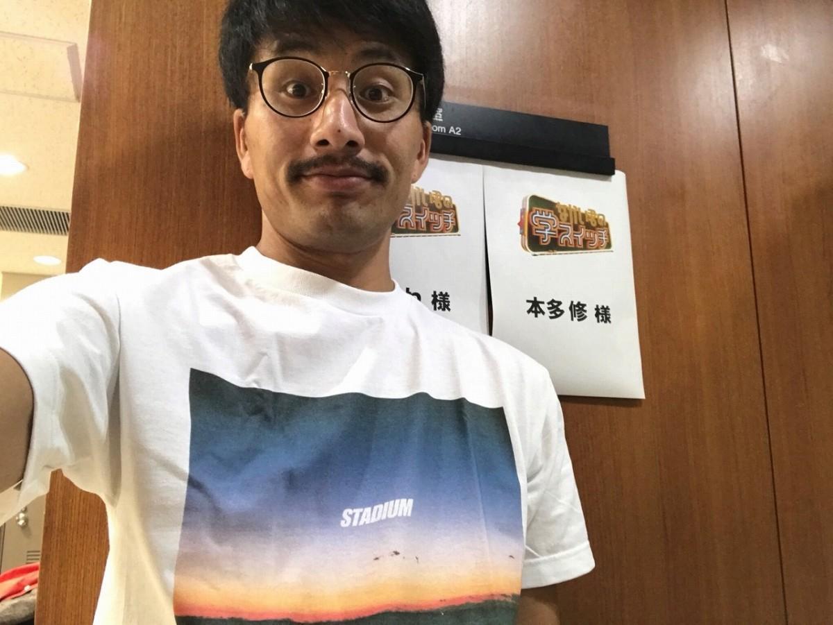 「パラデル漫画」で話題の芸人・本多修さん(TBSの楽屋前でセルフィ撮影)