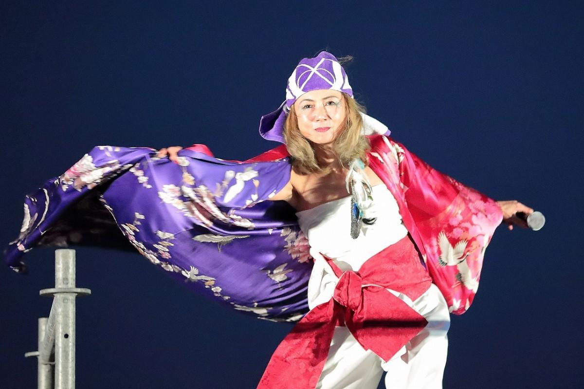 「アジアの海賊」を熱唱する中村あゆみさん(協力=Lady.A、撮影=武田泰典さん)