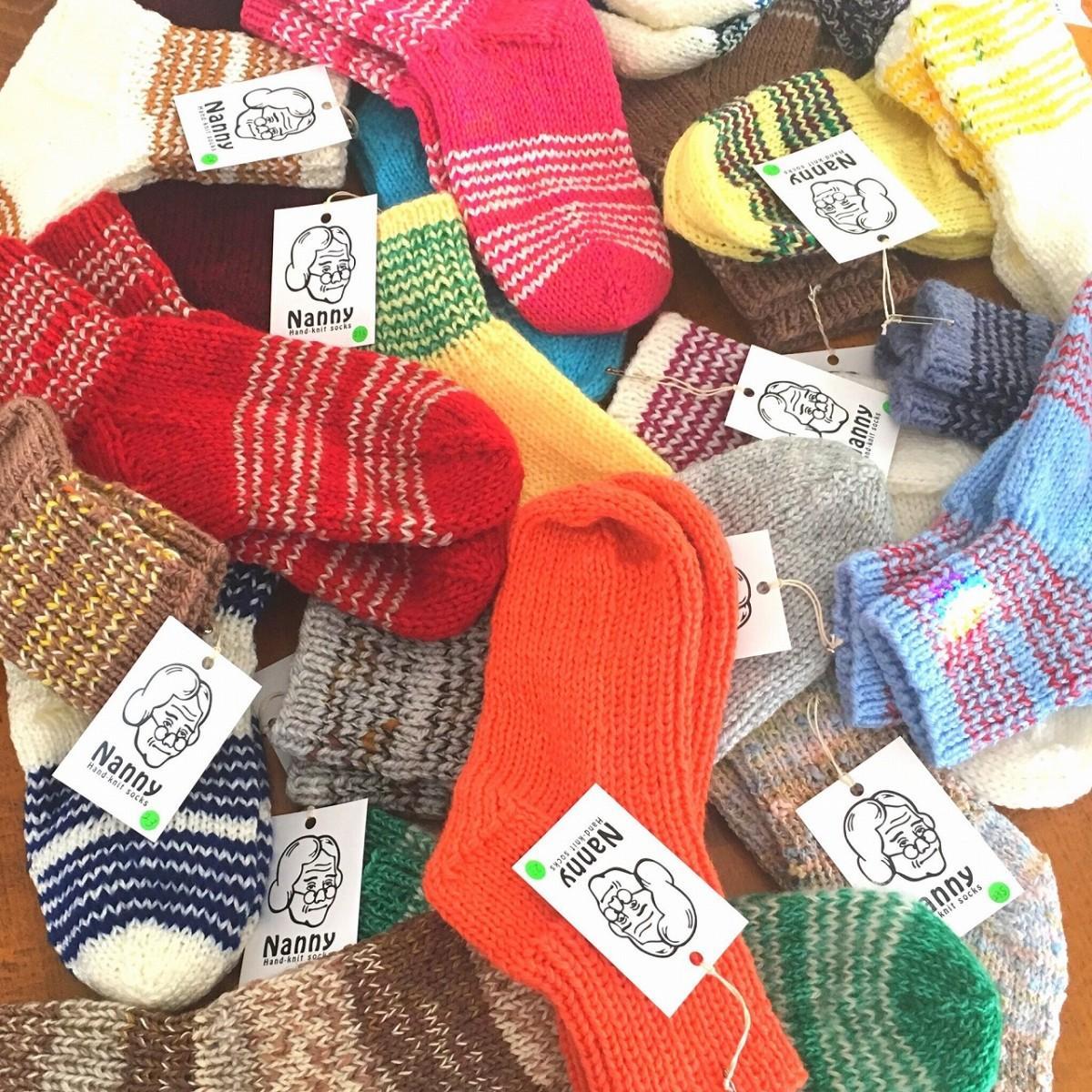 86歳のおばあちゃん手編みする靴下「Nanny(ナニー)」。様々な毛糸によって編まれているため色とりどりでランダムで、ほぼ全てが一点物