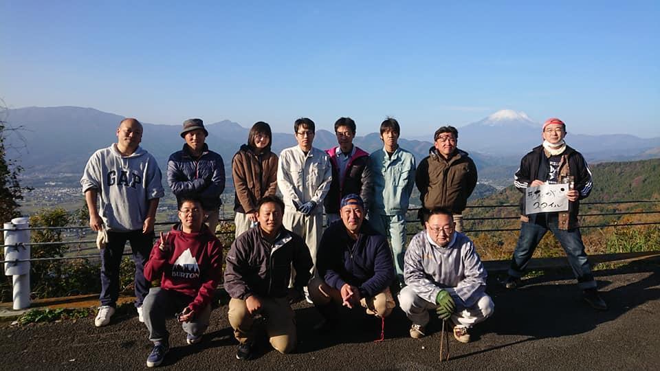 富士山を見渡せる絶景ポイントの清掃をした仲間たち
