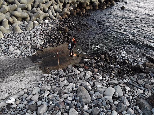 「初潜り」前に安全確認のため海に入る野瀬さん(撮影=松下善彦)