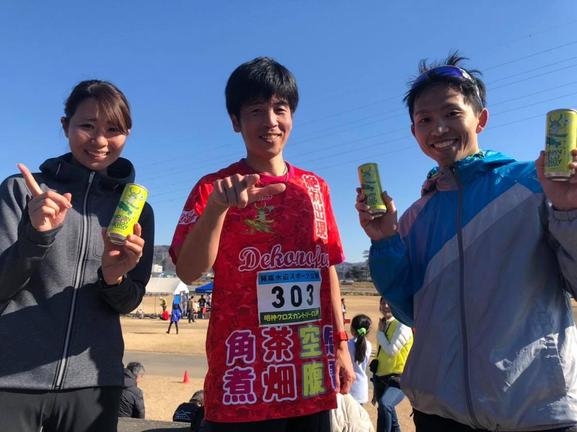 瀬戸智弘選手(中央)と一般の部5キロで優勝した三宅翔太さん(右)