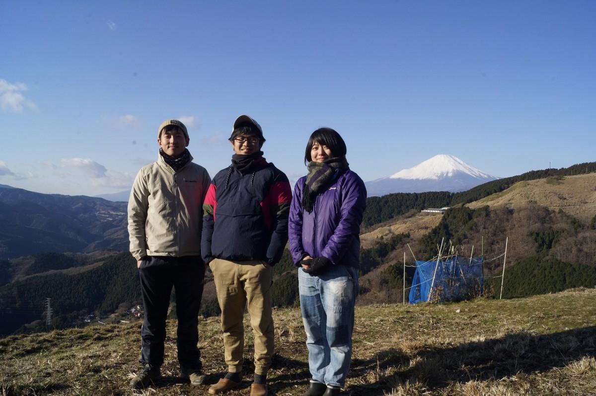 案内をする花坂拓人さん(中央)と石田貴久さん(左)。協力する「薫る野牧場」で働く吉田知世さん(右)