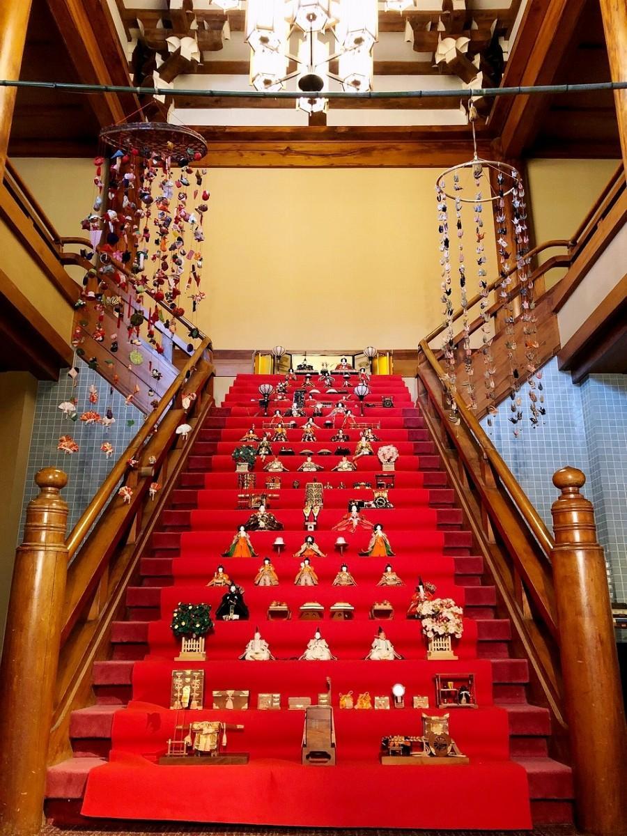「龍宮殿本館」に並べられたひな人形