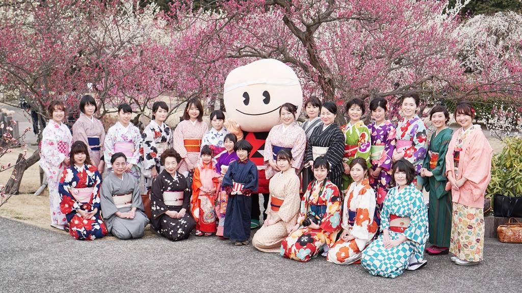 着物女子が小田原フラワーガーデン「渓流の梅園」に華を添える