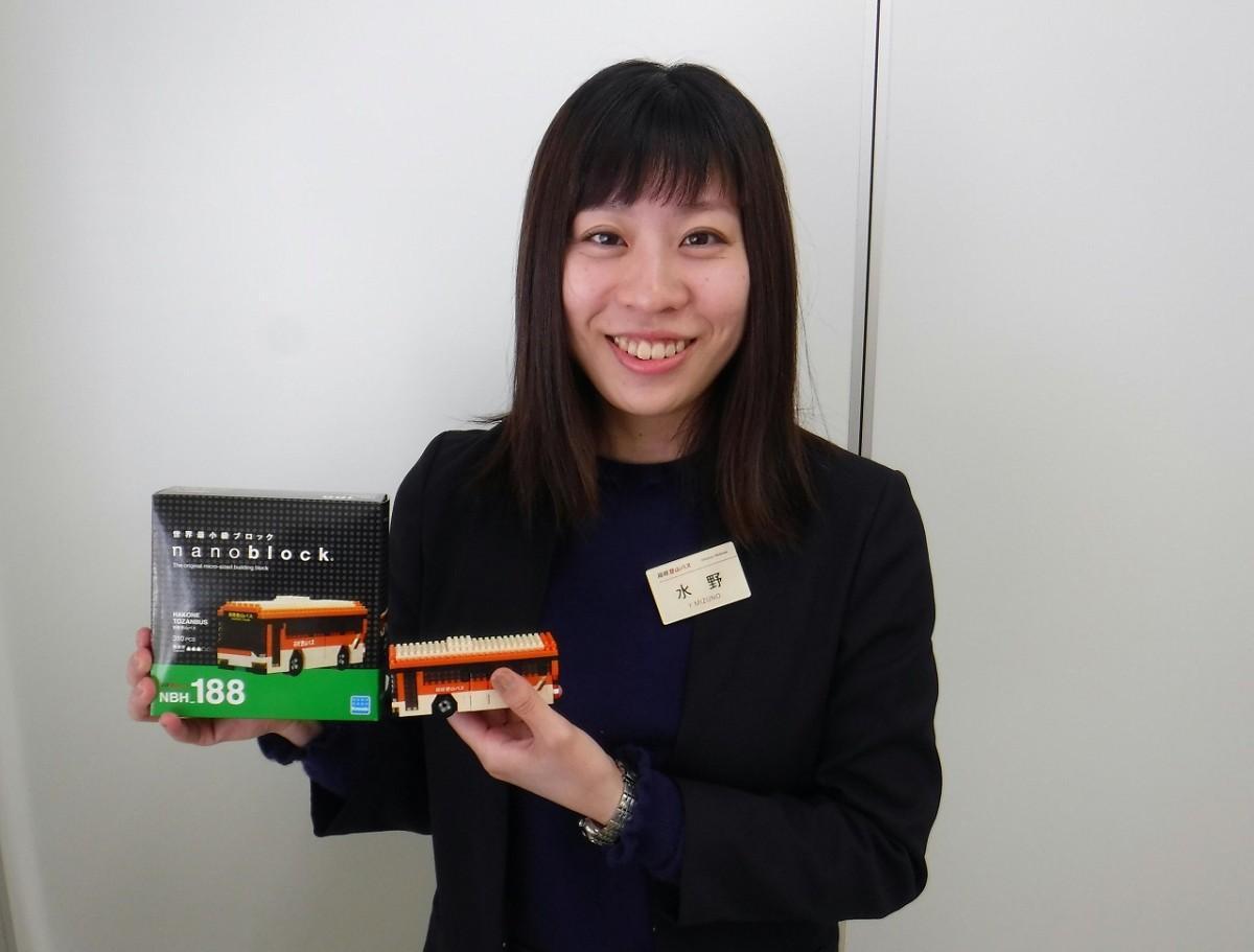 310ピース、難易度は3、対象年齢は12歳以上の「ナノブロック箱根登山バス」をお薦めする箱根登山バス・運輸部の水野優里さん