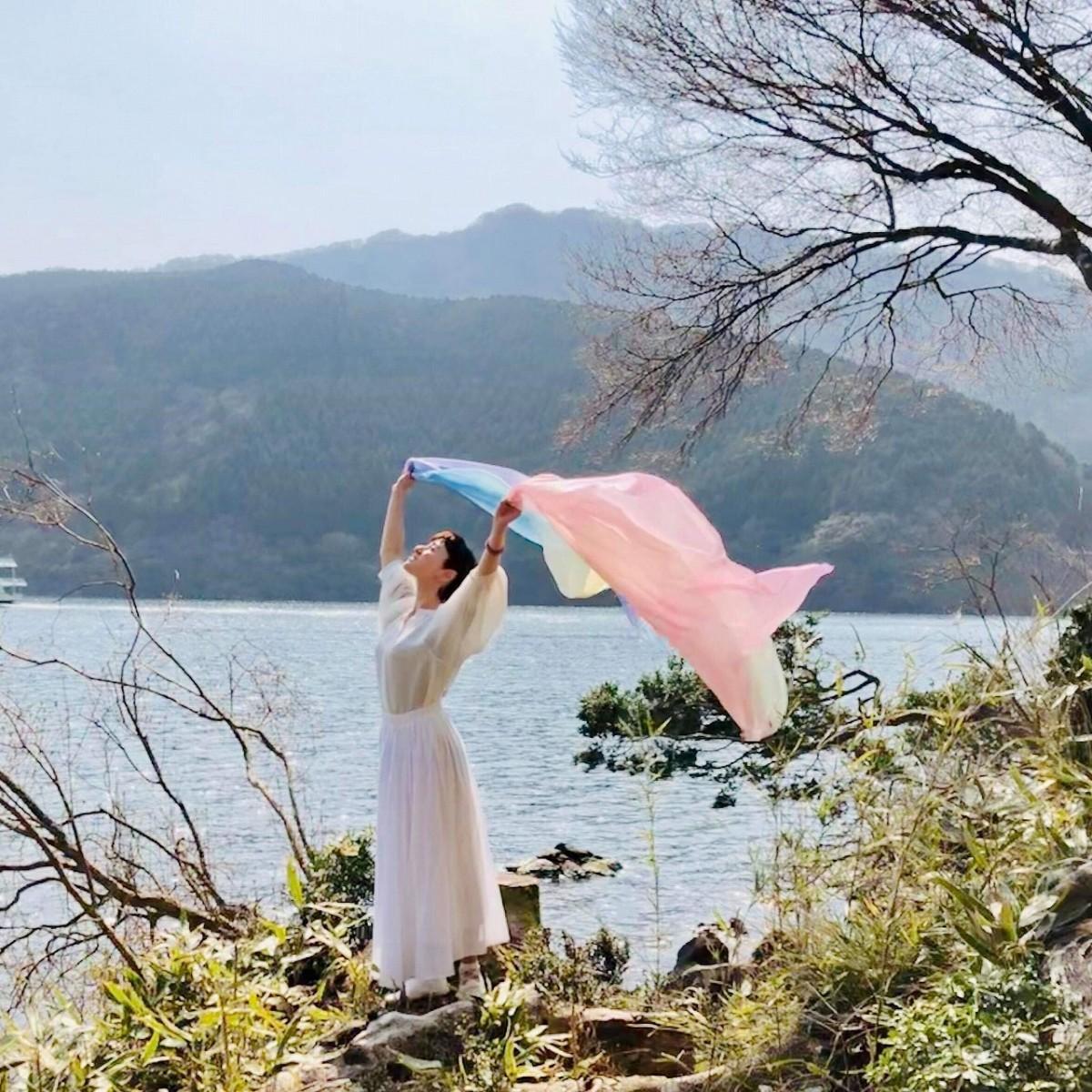 羽衣のようなシルクヴェールのやわらかな動きに身を任せる「シルクヴェール天女の舞」