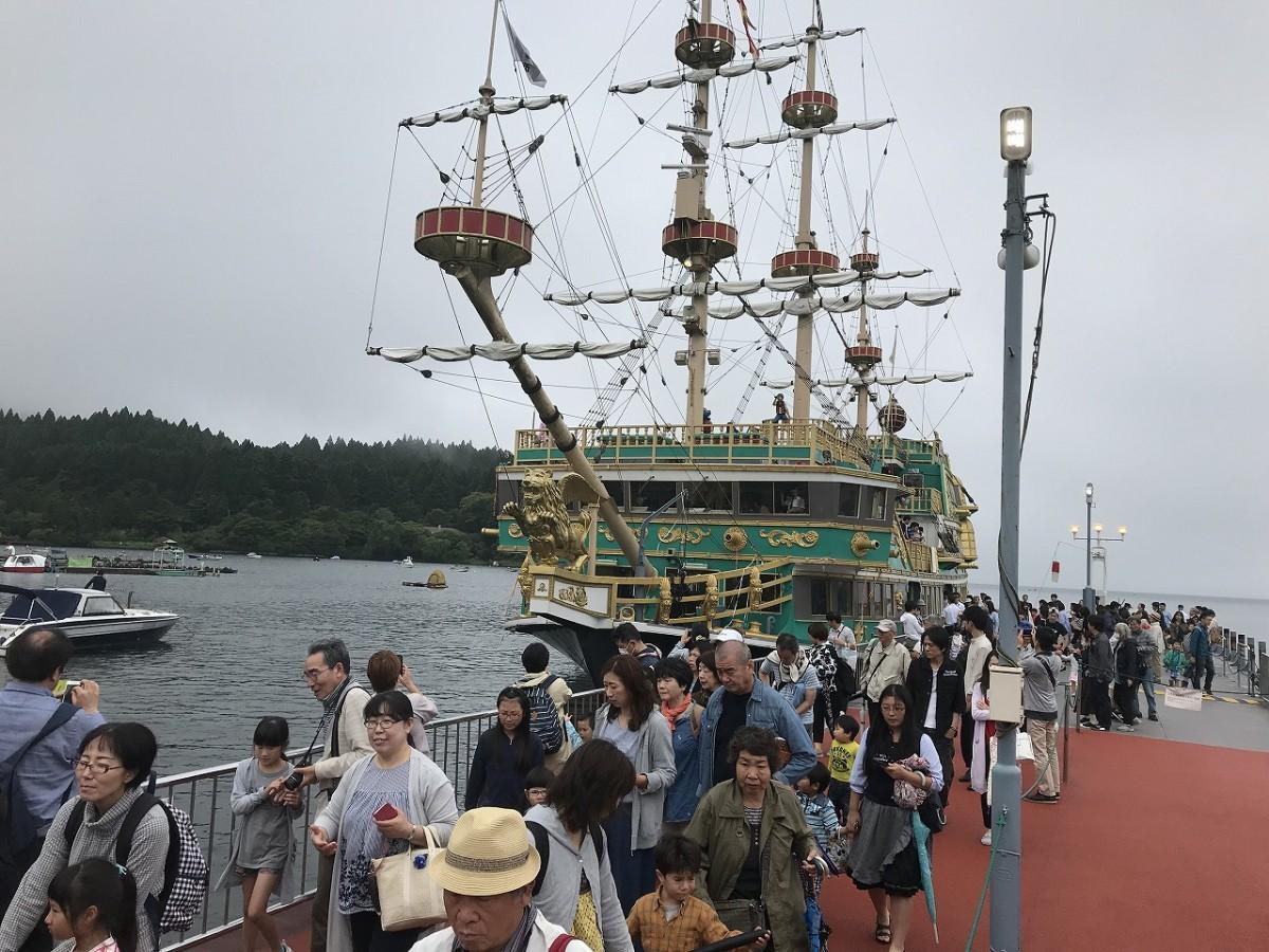 あいにくの天候にもかかわらず多くの人が引退する「海賊船バーサ」とのファイナル運航を楽しんだ