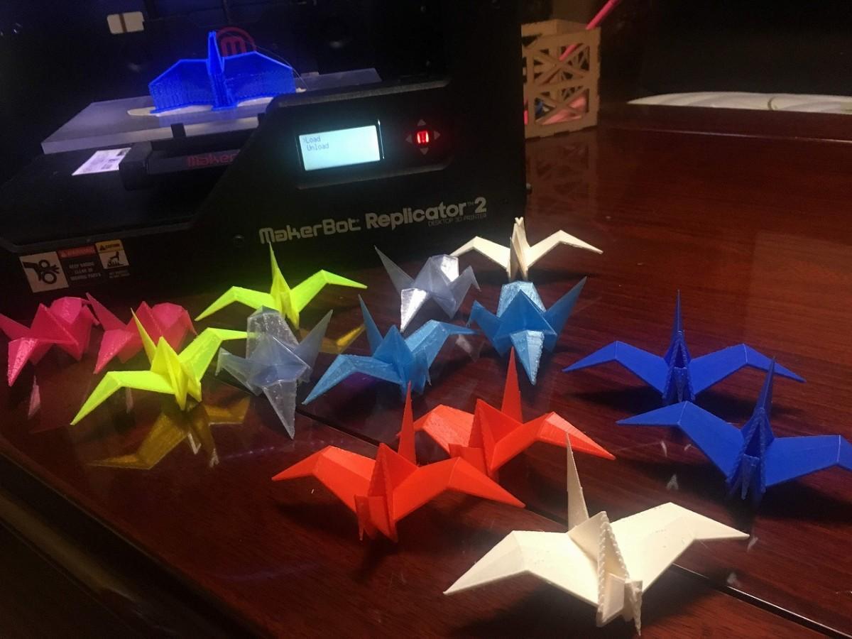 3Dプリンターで作られた、さまざまなカラーの折り鶴