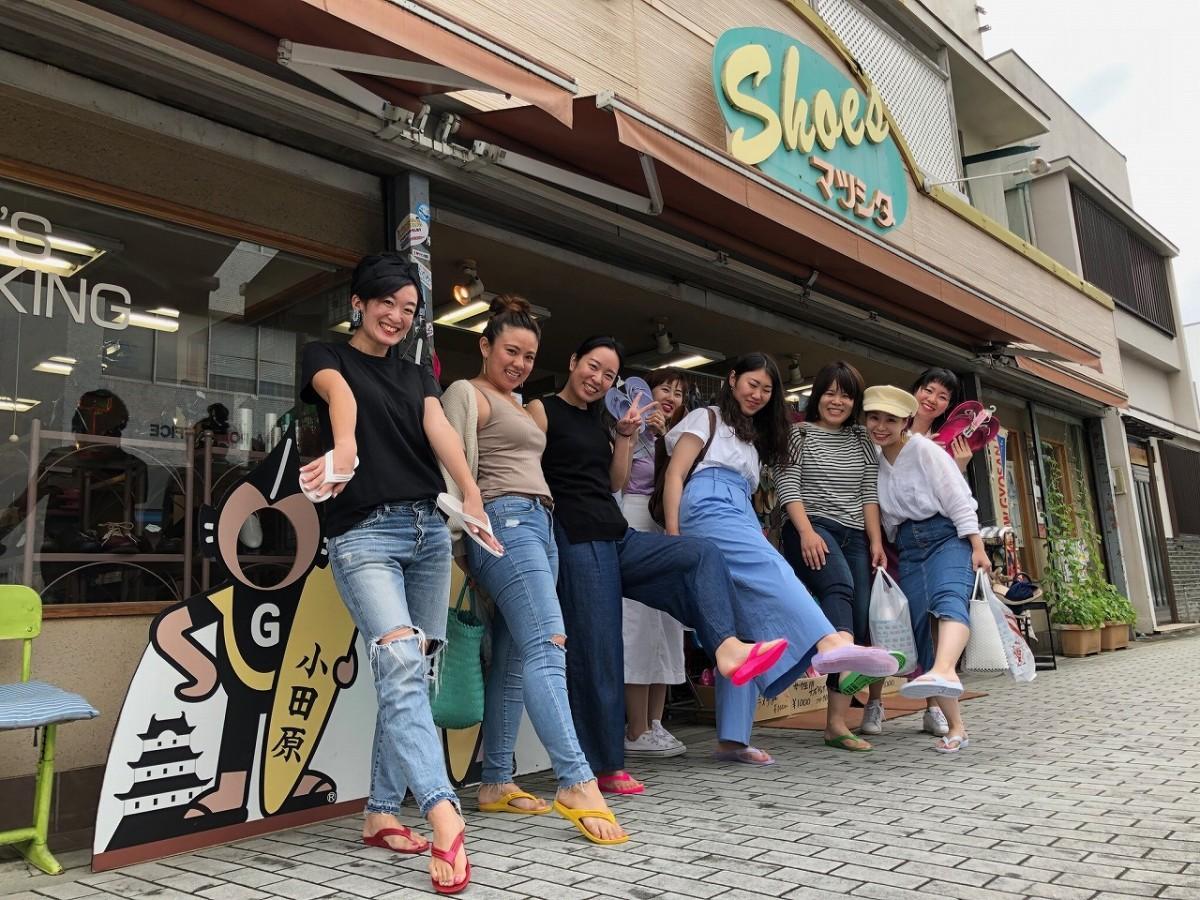 フォトコールに応えるギョサンを購入した女性グループ(左が青木夏美さん)