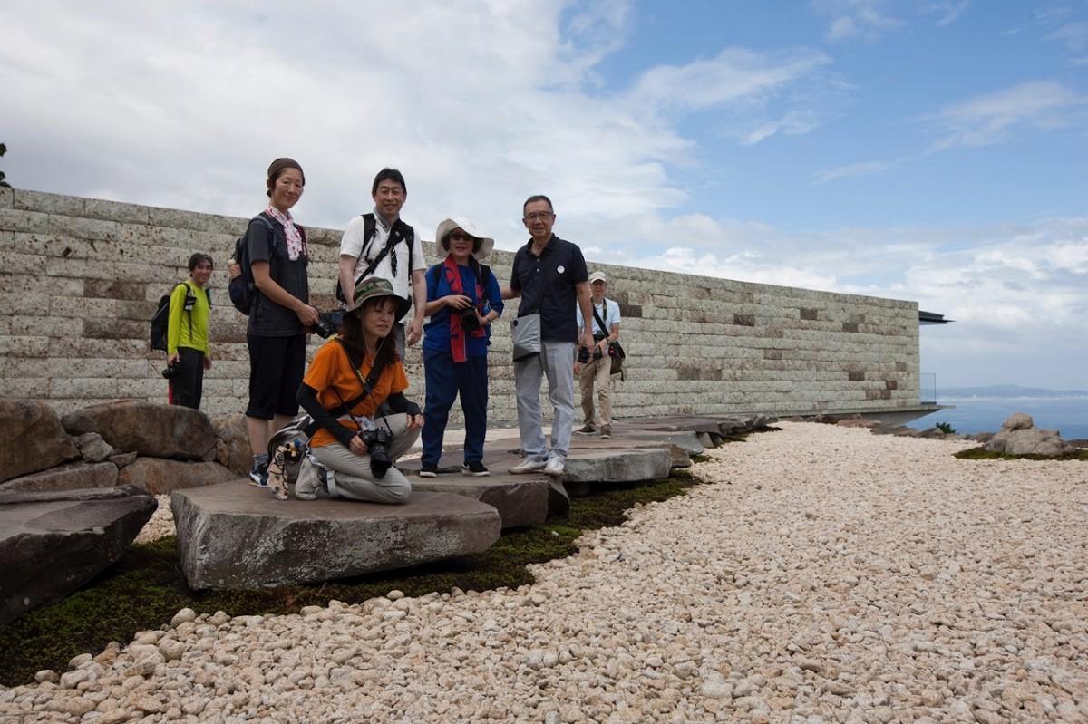 「アートを体感! 江之浦測光所でPHOTOさんぽ」で撮影するメンバー