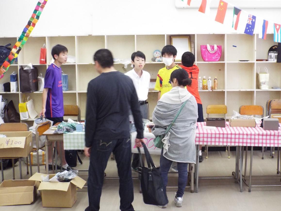 相洋高校の文化祭「相洋祭」で行われたインターアクト部主催チャリティー・バザールの様子