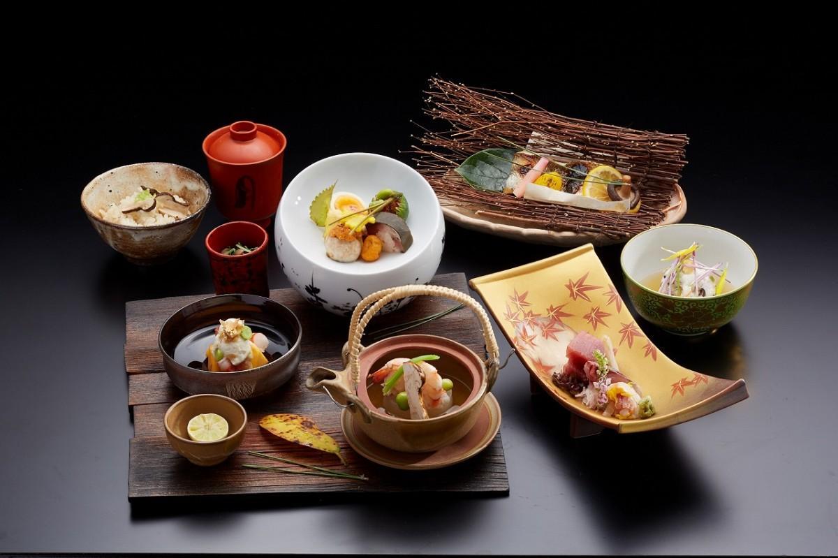 「秋のミニ懐石」(前菜、土瓶蒸し、お造り、煮物、焼き物、きのこの炊き込みご飯、水菓子)