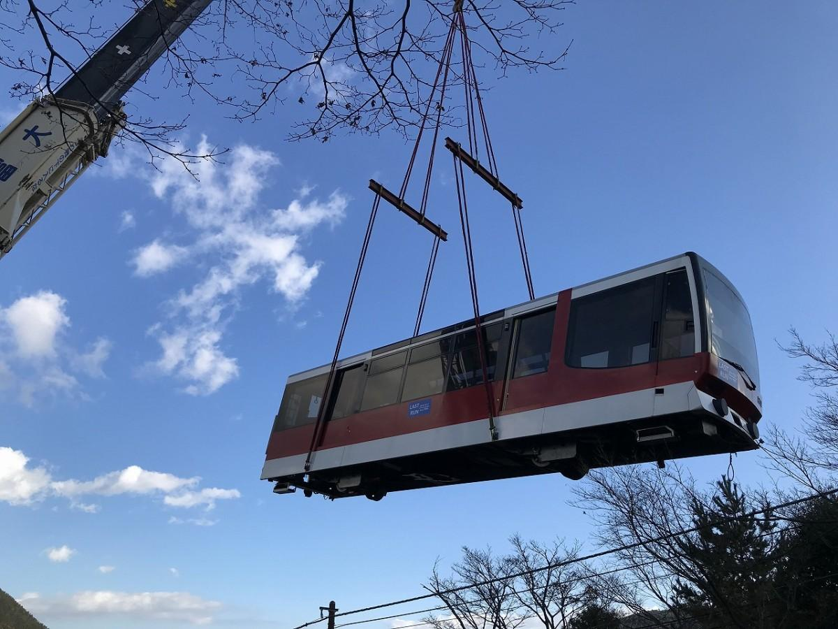 箱根登山ケーブルカーの車両がつるし上げられて撤去が始まる(12月3日撮影)